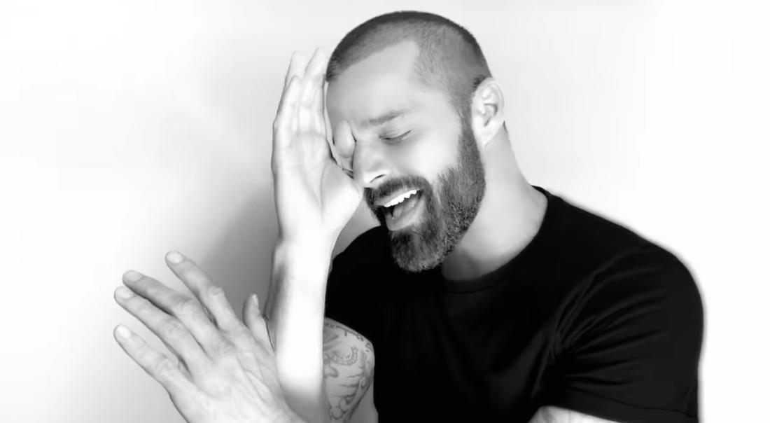 El artista Ricky Martin en su videoclip Tiburones
