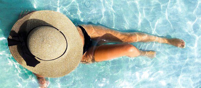 Mujer toma el sol en la piscina