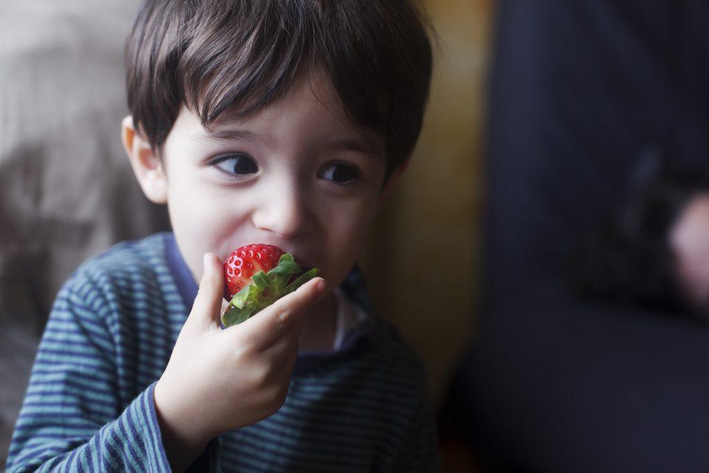 niño fresa fruta verano vitaminas