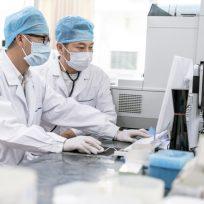 Dos científicos en el laboratorio