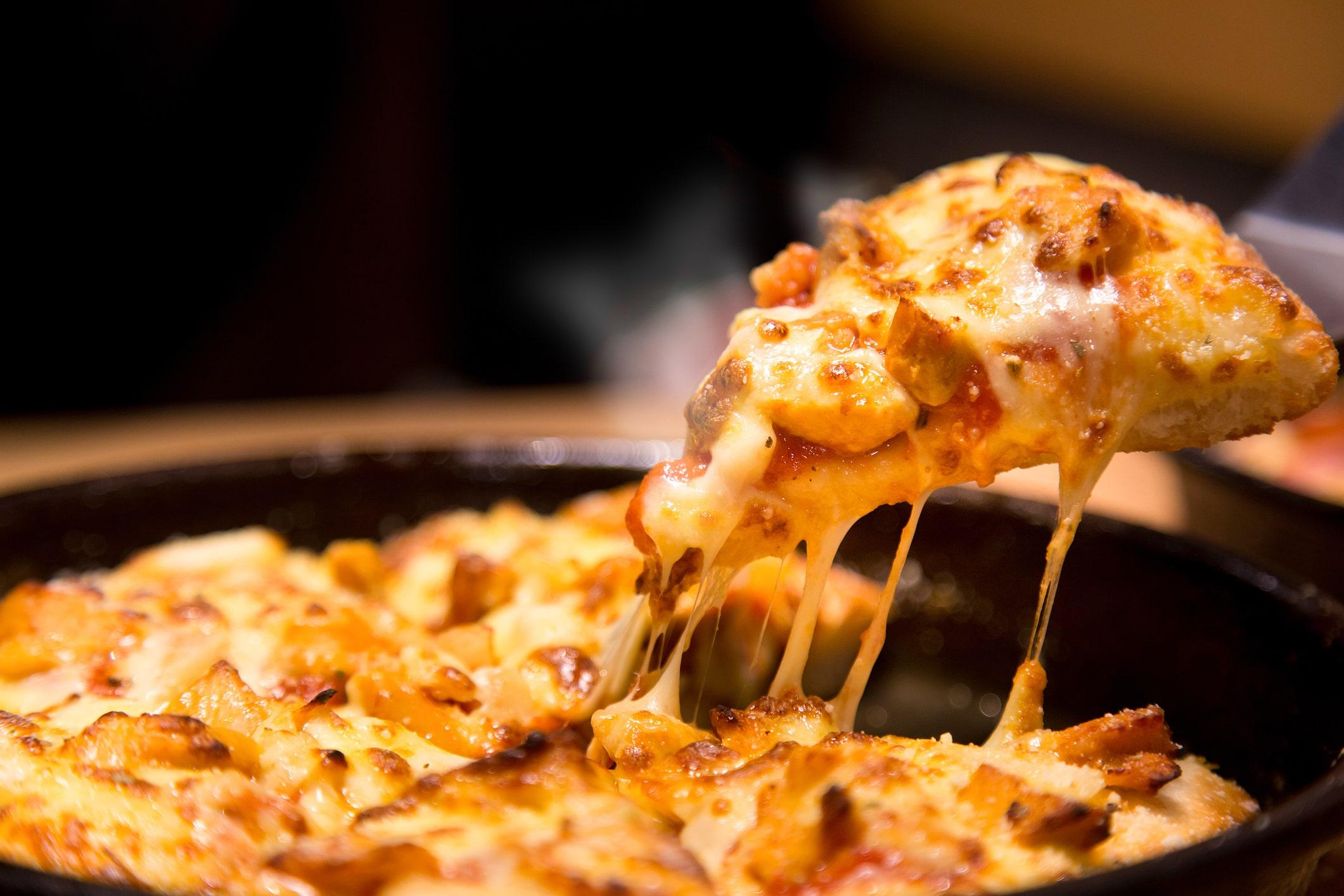 Recalienta la pizza en el microondas y añade un vaso de agua para que siga crujiente