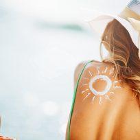 mujer crema sol playa