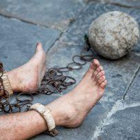 """El cruel origen de """"dormir a pierna suelta"""" de los antiguos presos y esclavos"""