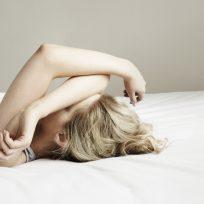 mujer cama calor sueño trucos