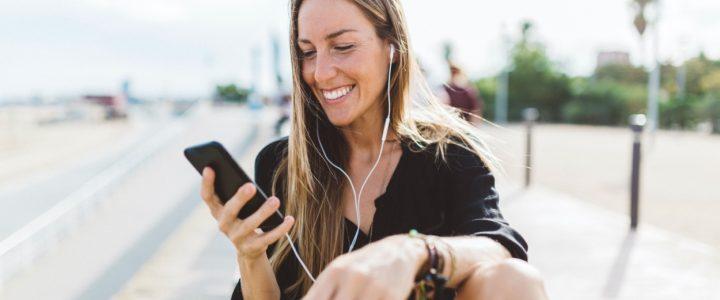 Una joven escucha música