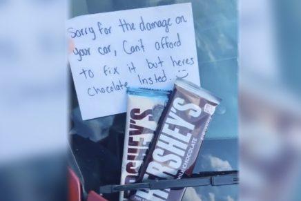 Golpea otro coche sin querer y deja una nota con chocolate para compensar