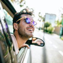 Un hombre se asoma por la ventanilla del coche