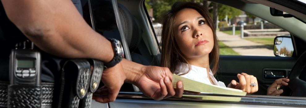 un policia multa a una conductora
