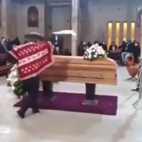 Cumple su promesa y se pone a bailar en el funeral de su mujer