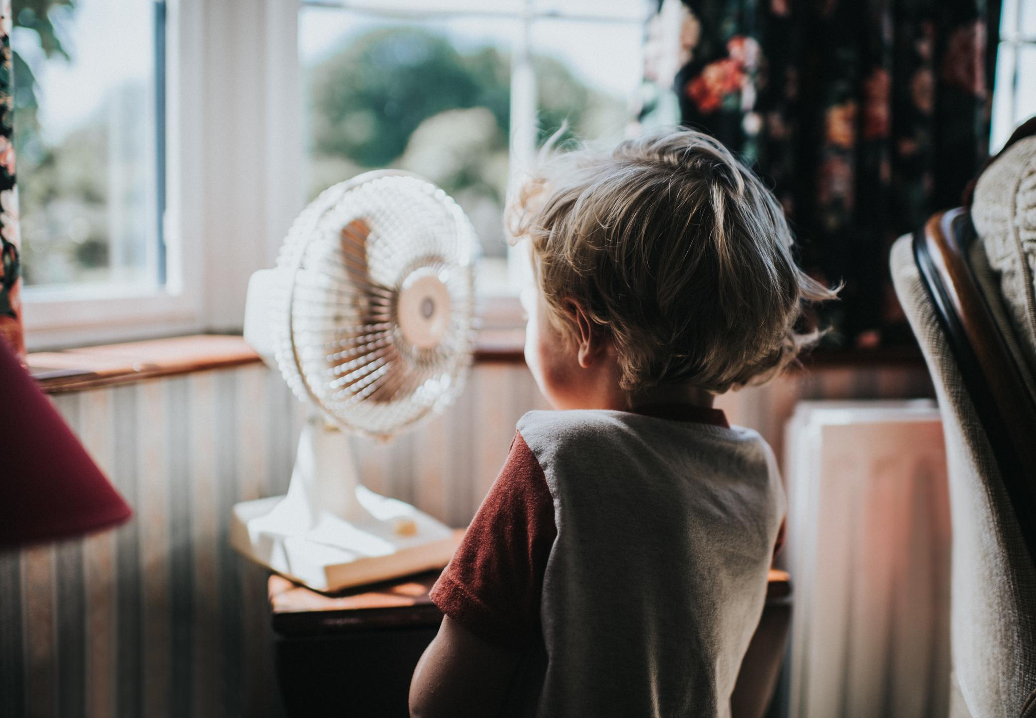 niño ventilador familia aire acondicionado