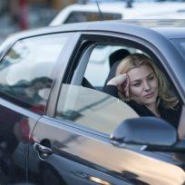 mujer aburrida tráfico atasco verano