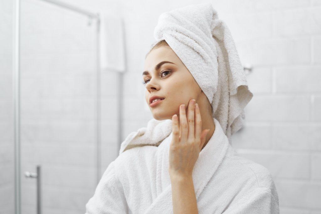 mujer aplicándose crema