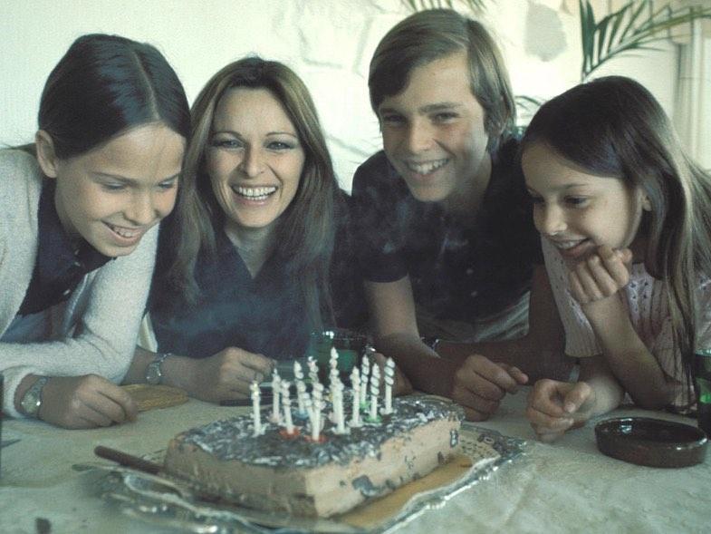 Miguel junto a su madre y sus hermanas