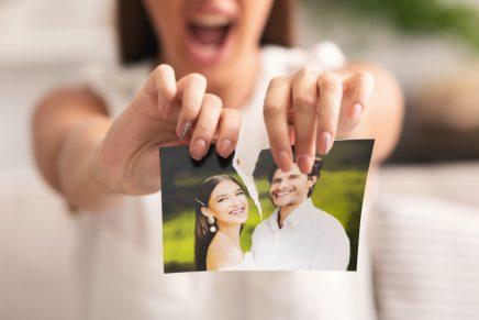 Mujer rompe fotografía de expareja