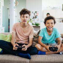 Hermanos jugando a la videoconsola