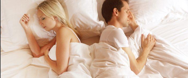 pareja duerme en la cama