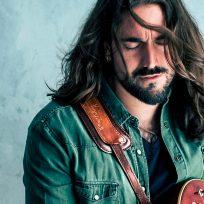 Andrés Suárez toca la guitarra