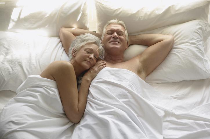 pareja mayor en la cama