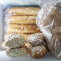 Pan congelado en el frigorífico
