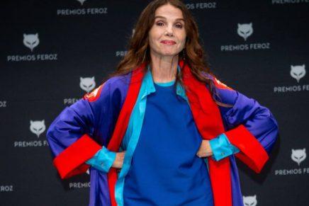 Victoria Abril posando sin mascarilla en los Premios Feroz