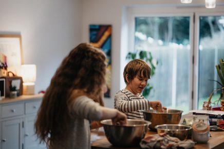 Niños cocinando en casa