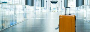 Maleta de viaje en el aeropuerto