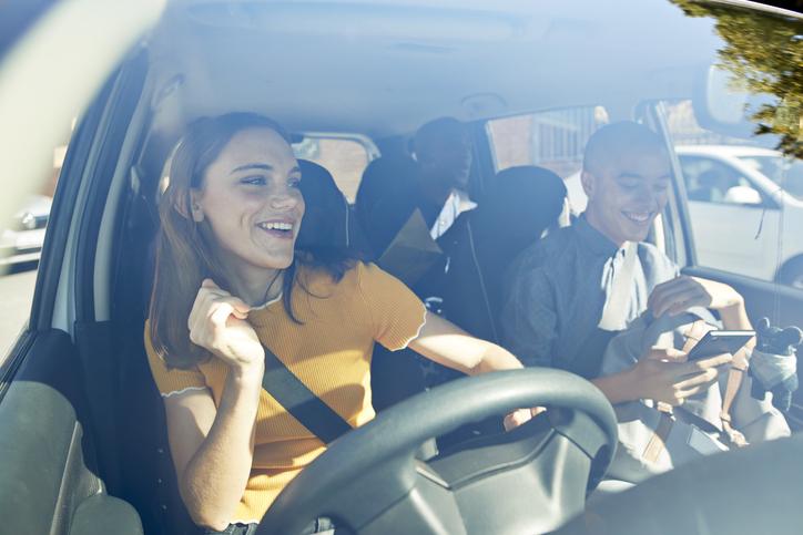 amigos en el coche cantando