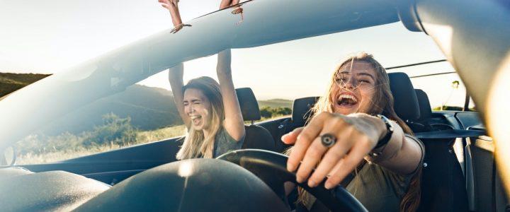 amigas en el coche cantan
