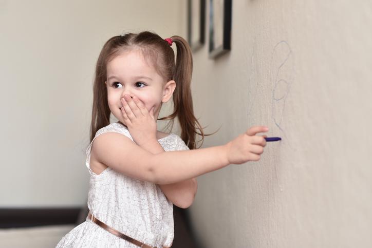 niña pinta en la pared